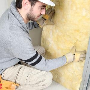 Утеплитель для стен в процессе монтажа